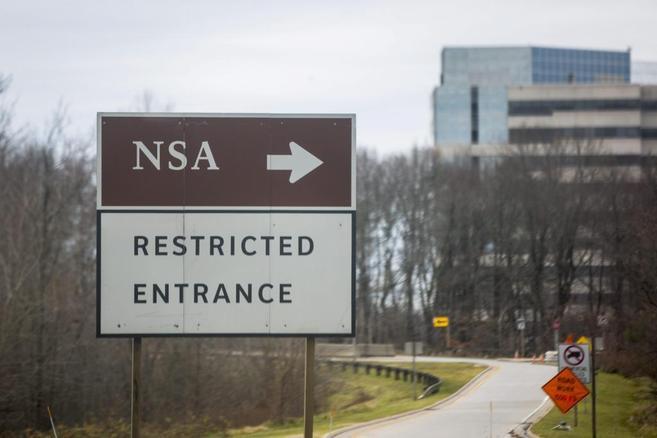 Cartel señalizador al borde de la carretera que condue al cuartel...