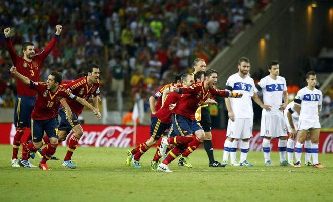 Los jugadores españoles celebran su victoria ante Italia en la Copa...