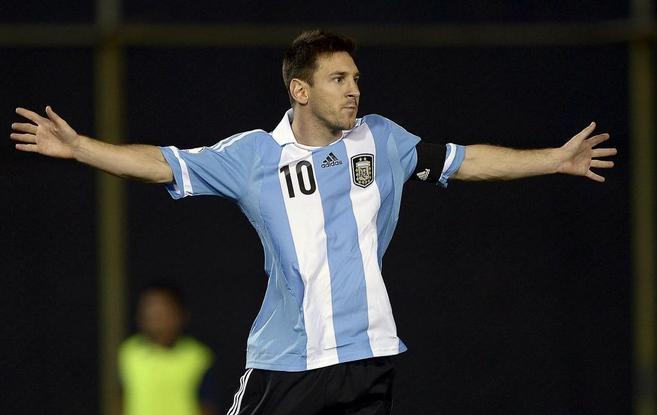 Messi celebra un gol con argentina.
