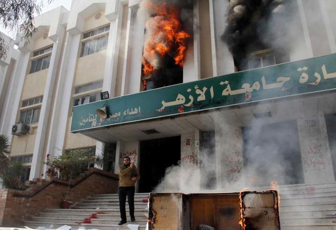 Fuego en un edificio de la Universidad de Al Azhar, de El Cairo.