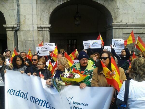 Miembros de la AVT en el acto en recuerdo de las víctimas en...