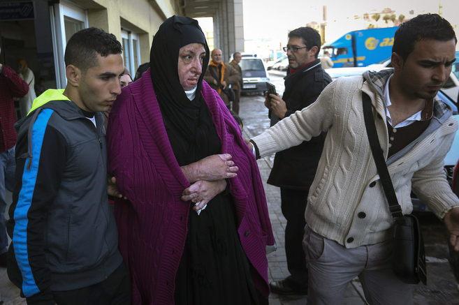 Manar Almustafa, rodeada por familiares, a su llegada al puerto de...