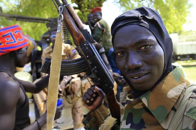 Un soldado del ejército de Sudán del Sur muestra su arma en Bor.