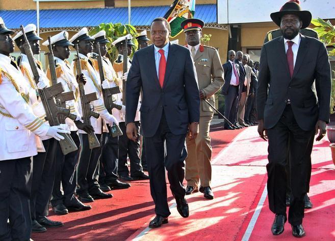 El presidente de Sudán del Sur, Salva Kiir (dcha.), con su homólogo...