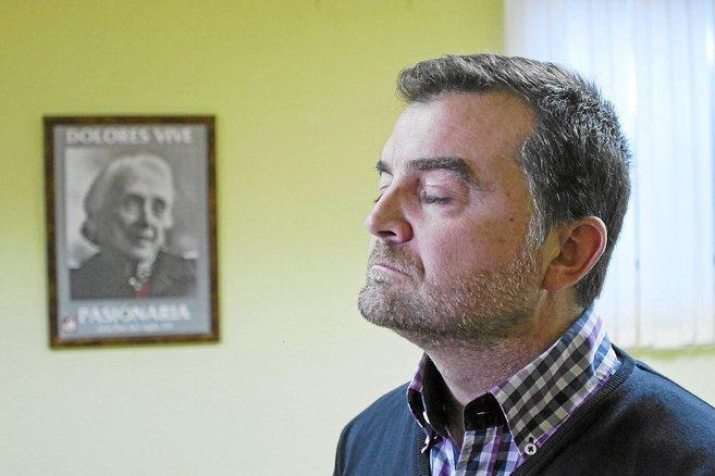 El coordinador de IU-CA, Antonio Maíllo, pensativo junto a un retrato...