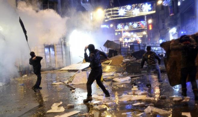 Manifestantes lanzan piedras contra la policía tras una improvisada...