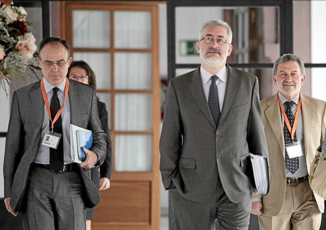 El director de Idea, Antonio Valverde, (izq.) junto al consejero de...