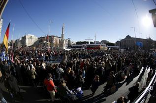 La Plaza de Colón se va llenando de fieles.