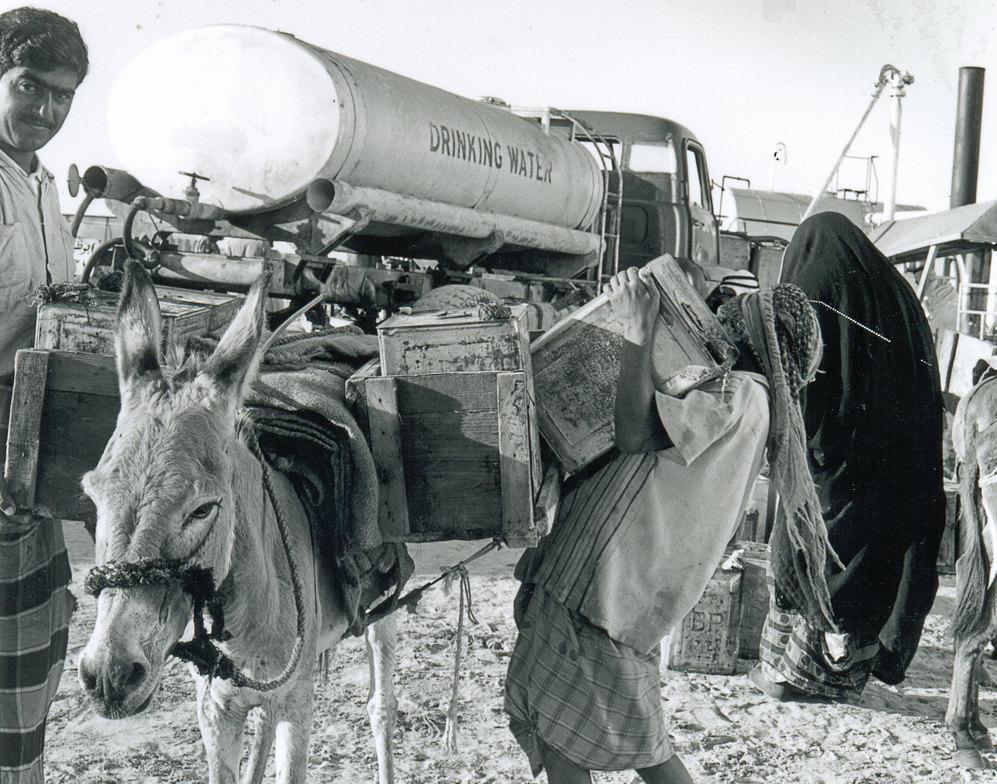 Un contenedor de agua, en Abu Dhabi en los años 70.