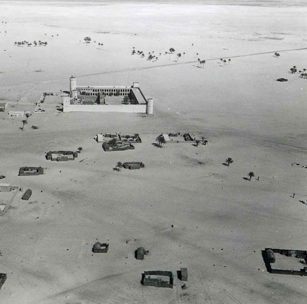 Vista aérea de Abu Dhabi en  1974.