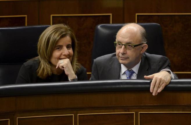 La ministra de Empleo, Fátima Báñez, junto al responsable de...
