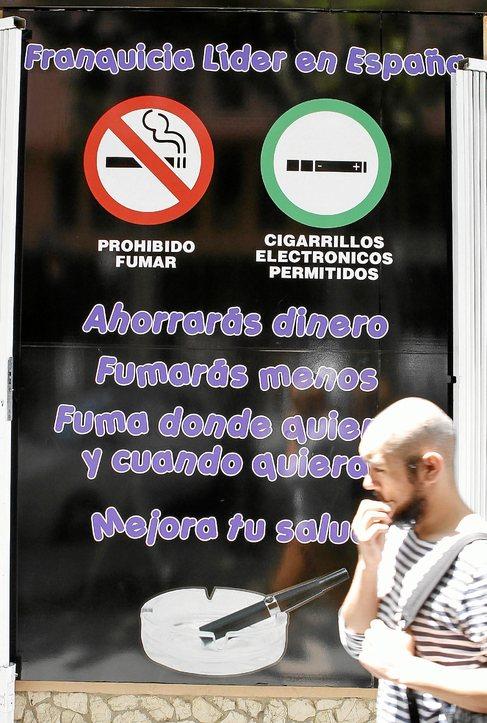 Un cartel de cigarrillos electrónicos en una calle de Palma.