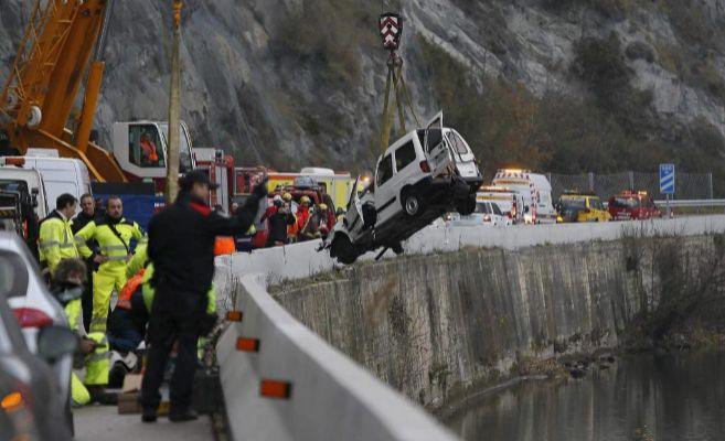 Efectivos de emergencias actuando en un accidente en carretera