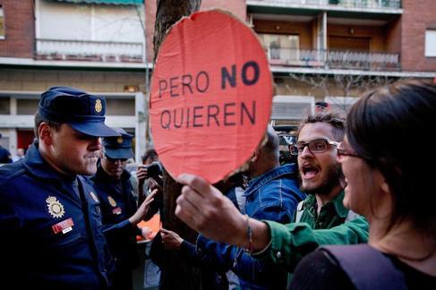 Un policía trata de evitar un escrache ante la casa de Cristóbal...