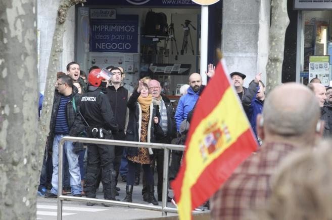 Los manifestantes de la AVT recorrieron este sábado cinco municipios...