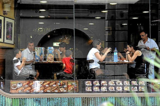 Varios grupos almuerzan en un restaurante de Barcelona.