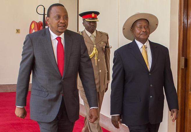 Uhuru Kenyatta (izda) y Yoweri Museveni, presidente ugandés (dcha) en...