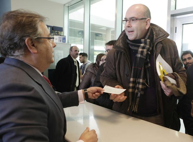 El alcalde hace entrega de un cheque con la devolución de la fianza a...