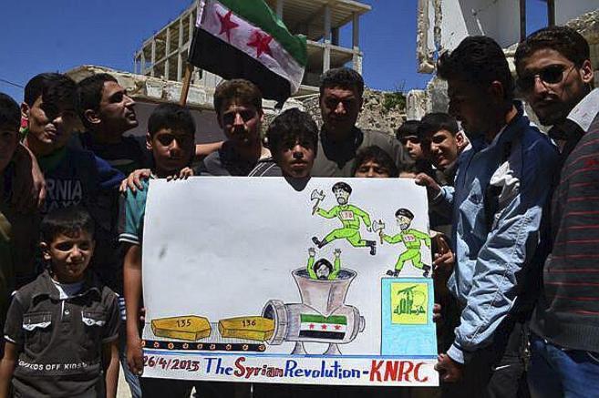 Reportaje Siria. Pancartas de los rebeldes sirios en el pueblo de...