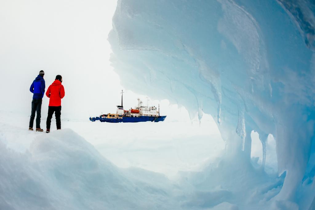 Dos personas observan el barco ruso Akademik Shokalskiy encajonado en...