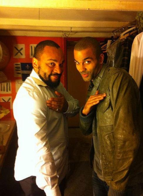 El cómico Dieudonné y Tony Parker practicando el saludo.