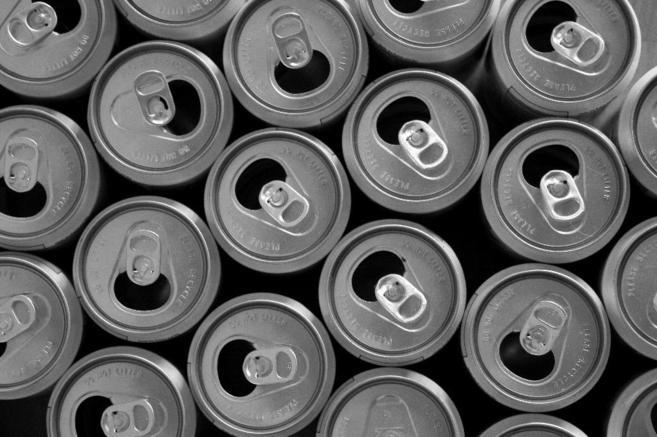 Varias latas de refrescos abiertas.