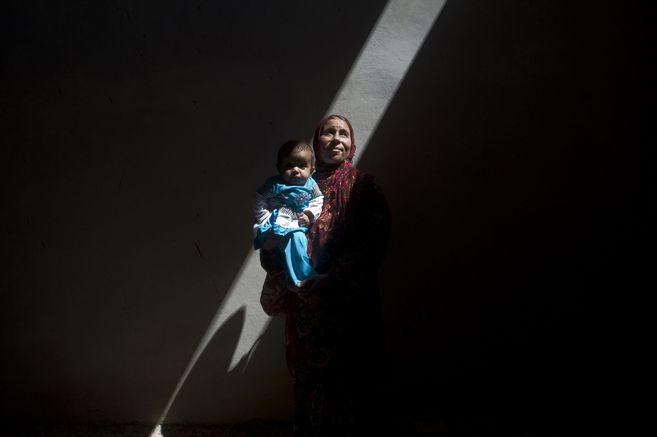 Una mujer se oculta con su bebé en un edificio abandonado en Saraqib.
