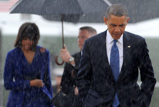 El presidente Barack Obama, en primer plano, seguido de la primera...