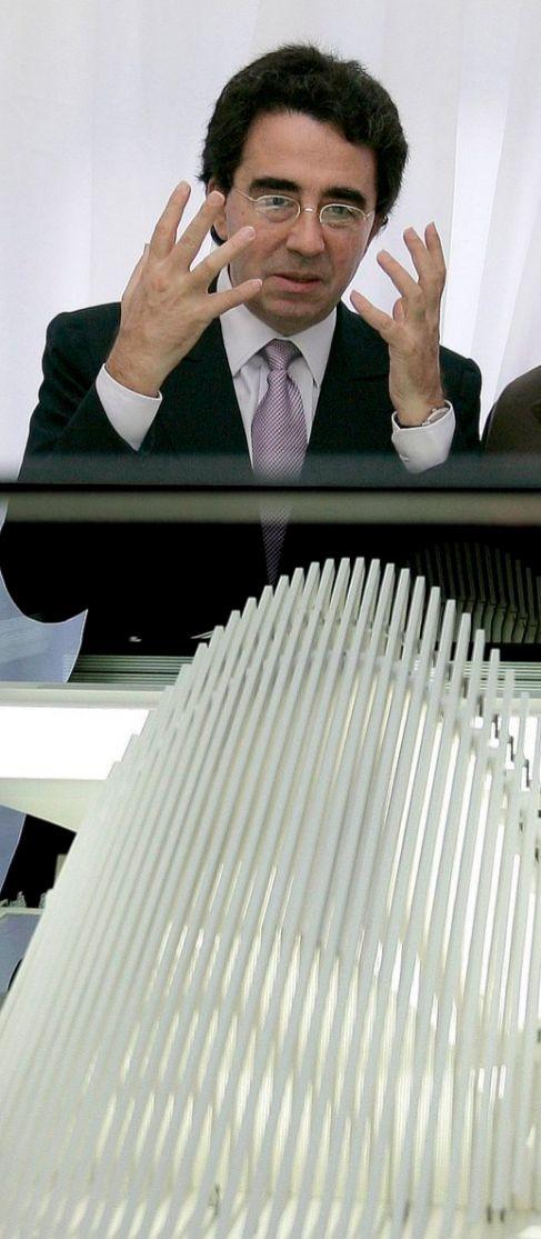 Santiago Calatrava ante la maqueta de su edificio de Oviedo.