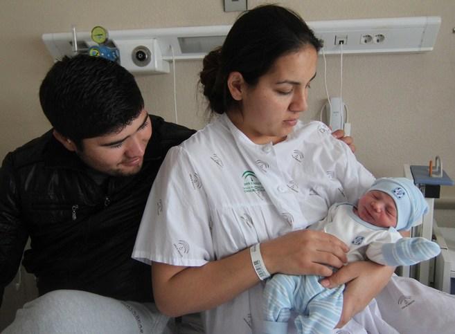 El pequeño David, en brazos de su madre.