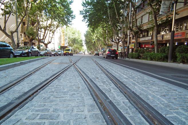 Detalle de los raíles del tranvía de Jaén.