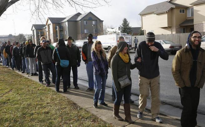 La gente espera para ser los primeros en comprar legalmente marihuana...