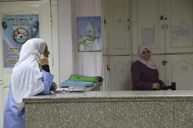 Dos mujeres, en el hospital El Faruq, de El Cairo, propiedad de la...