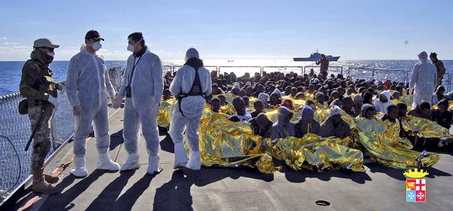 Inmigrantes rescatados por un barco de la Marina militar italiana, muy...