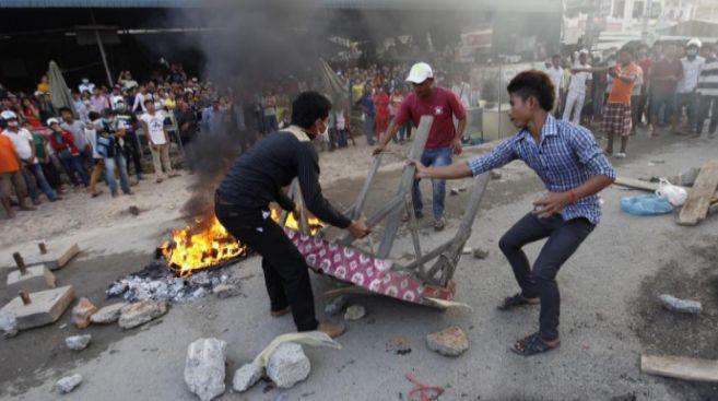 Trabajadores del textil manifestándose en Camboya.