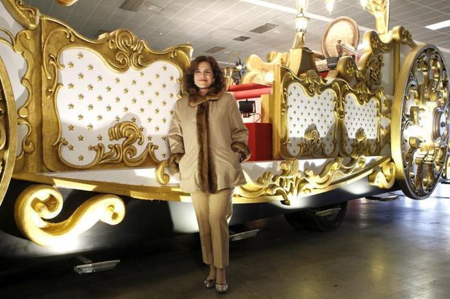 La alcaldesa de Madrid, Ana Botella, en su visita a las carrozas de...