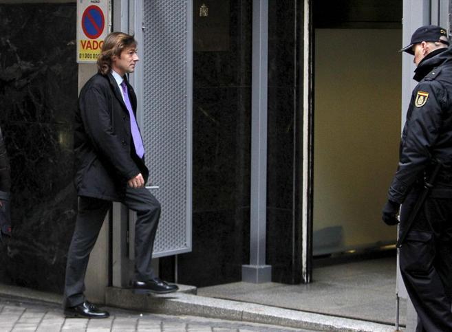 Santiago Pedraz, a la izquierda, sube un escalón para entrar en la...