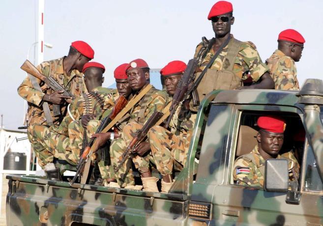 Soldados de Sudán del Sur patrullan una calle en Juba.