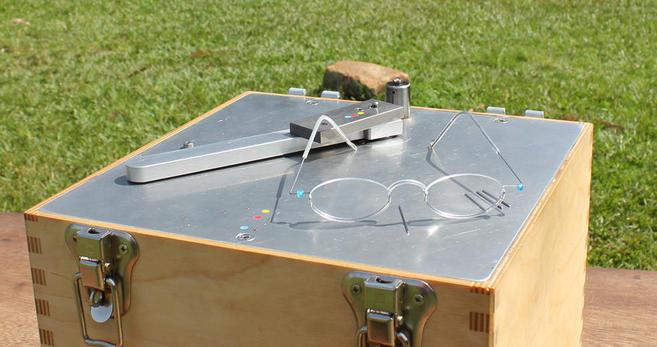 Detalle de las gafas y de la máquina diseñada para su elaboración.