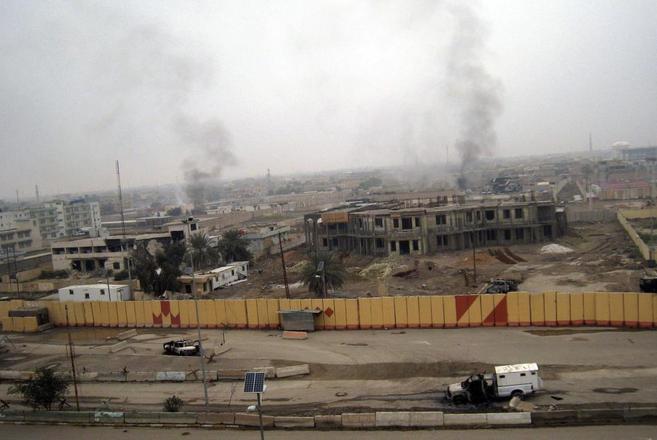 Edificios ardiendo tras los últimos combates en Faluya.
