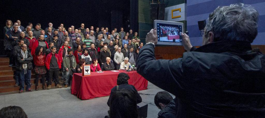 Un asistente al acto celebrado en Durango fotografía con una tableta...