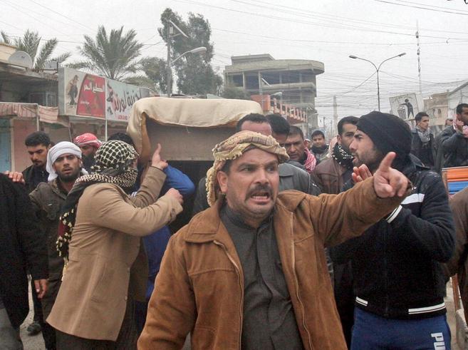 Un grupo de hombres carga el ataúd de un compañero muerto en el...