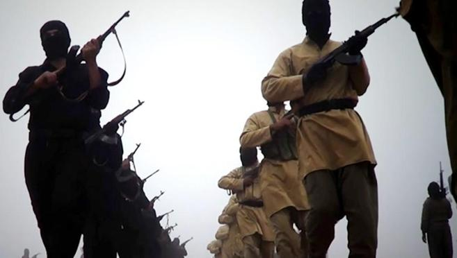 Encapuchados armados de Estado Islámico de Irak y Siria (ISIS)...