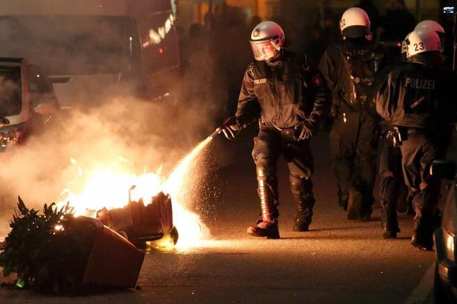 Antidisturbios extinguen un fuego tras una protesta por el centro...