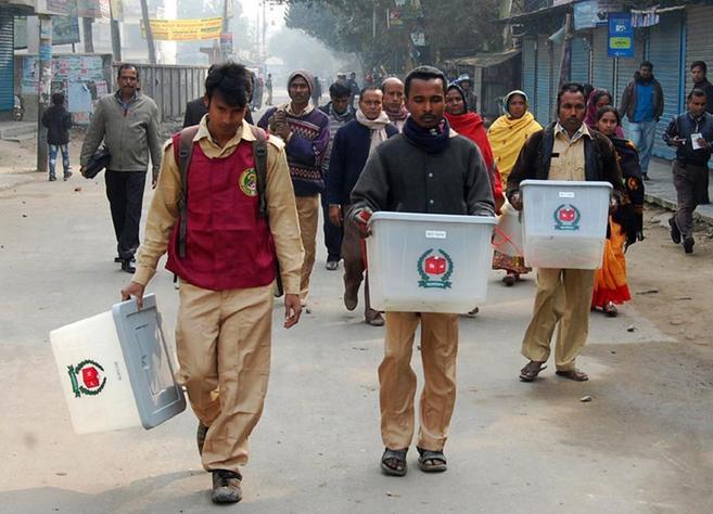 Responsables de las urnas trasladan los votos tras el ataque a un...