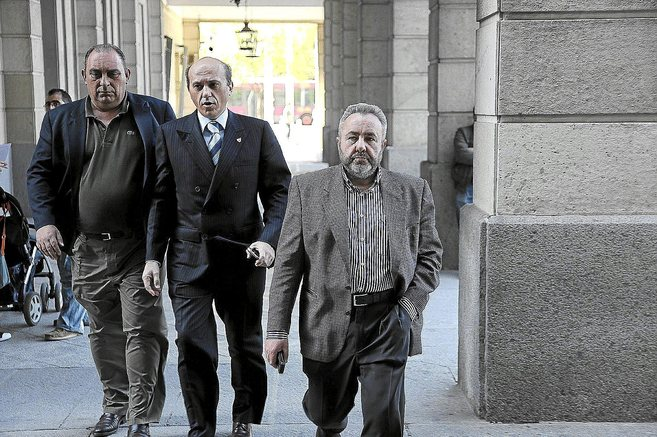 El ex alcalde socialista de Burguillos, José Juan López, y su...