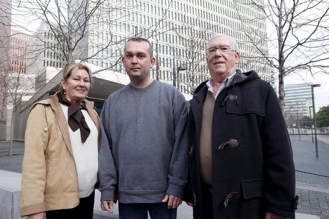 La familia Becerra a la puerta de la Ciutat de la Justícia