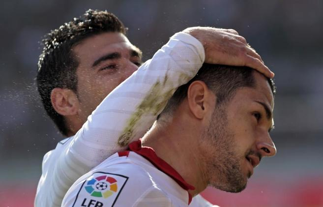 Reyes y Victor Machín tras el primer tanto del Sevilla