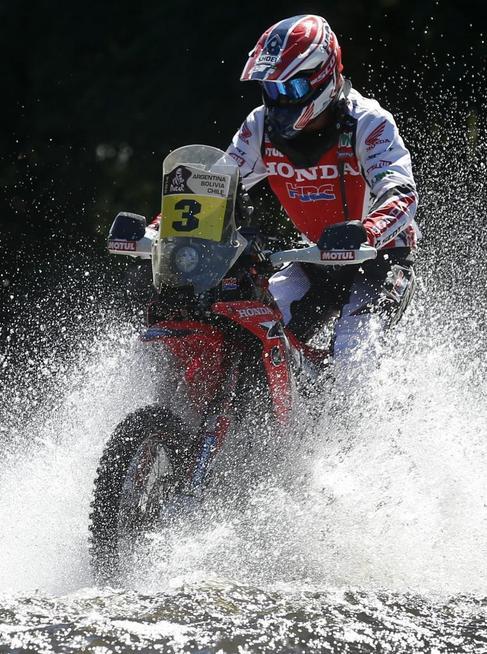 Joan Barreda atraviesa un riachuelo durante la primera etapa.