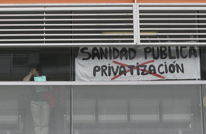 Pancarta de protesta contra la privatización sanitaria en el Infanta...